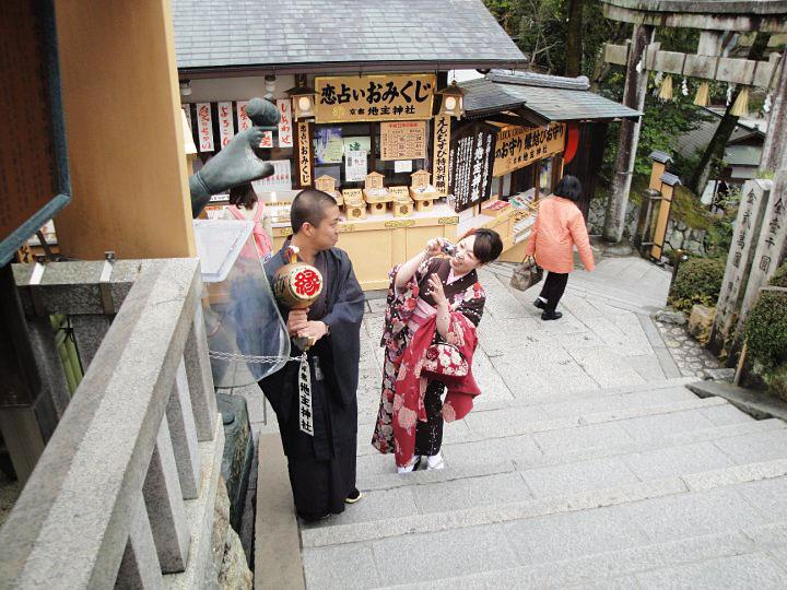 Prvi put u japan par u hramu