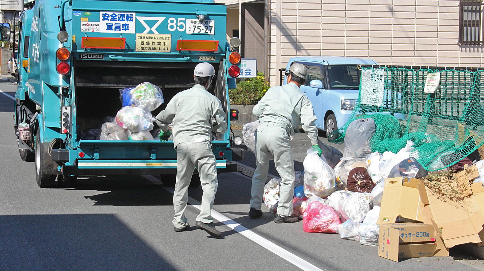Kamioni odnose smeće na reciklažu